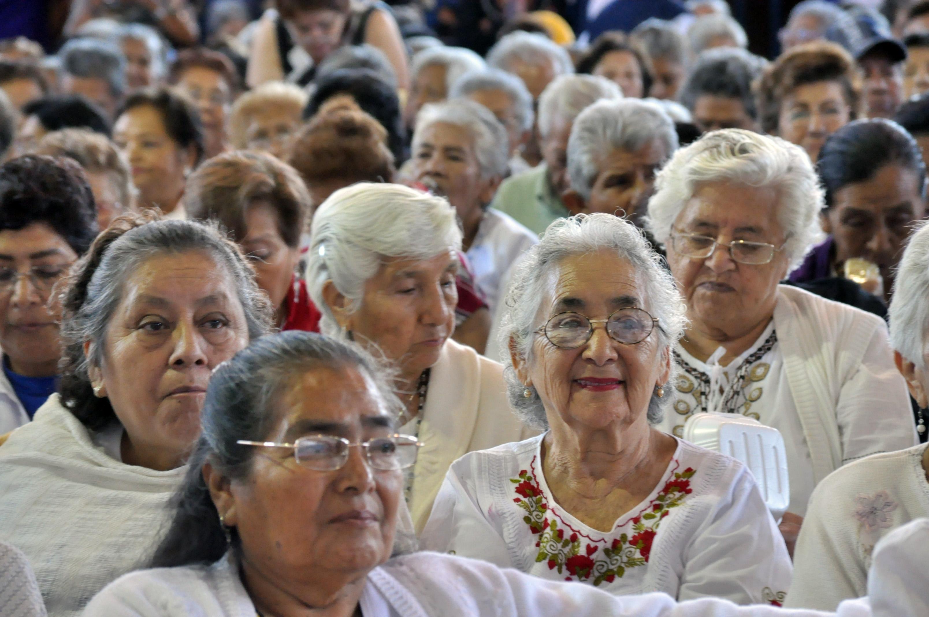 Casi dos millones de adultos mayores sufre abusos for Sillon alto para personas mayores